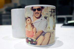 deux mugs photo dont un personnalisé